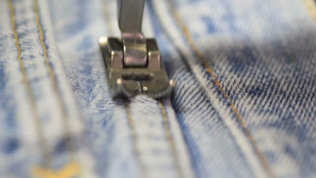 macchina per cucire jeans - jeans video stock e b–roll