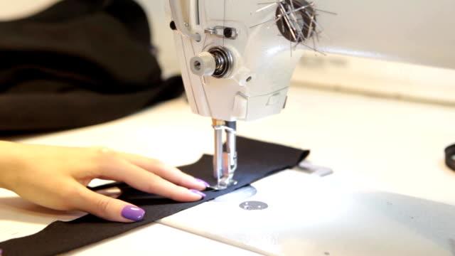 stockvideo's en b-roll-footage met naai-machine, naaister met machine-en vrouwenhanden. antieke naai machine franklin. jonge vrouw draagt beschermende gezichtsmasker werken op naai machine. mode - menselijke spier