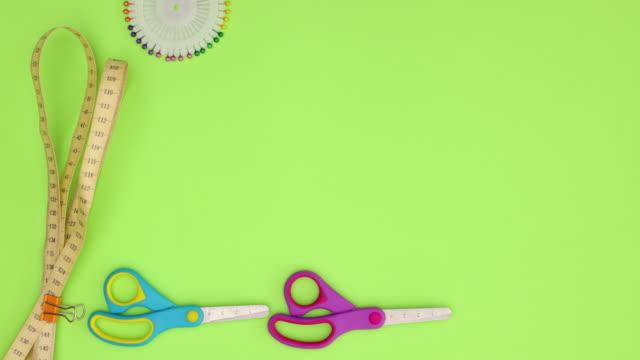 vidéos et rushes de matériel et équipement de couture sur le fond vert - stop motion - coudre