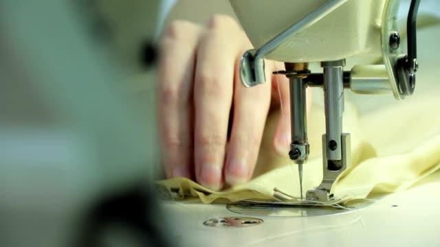 vídeos de stock e filmes b-roll de oficina de costura - trabalho de design