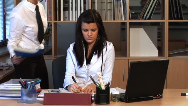 hd: le molestie sessuali sul posto di lavoro - 20 o più secondi video stock e b–roll