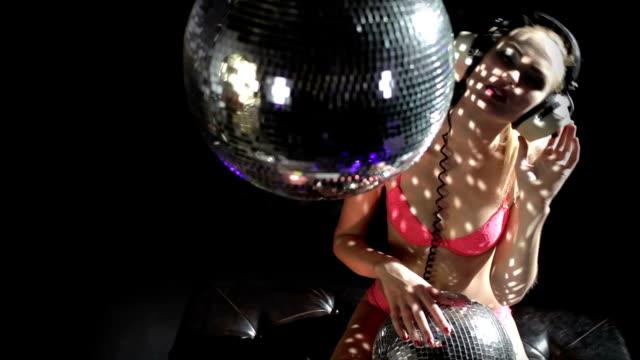 vídeos de stock, filmes e b-roll de sexy loira modelo dança e posando - clubbing