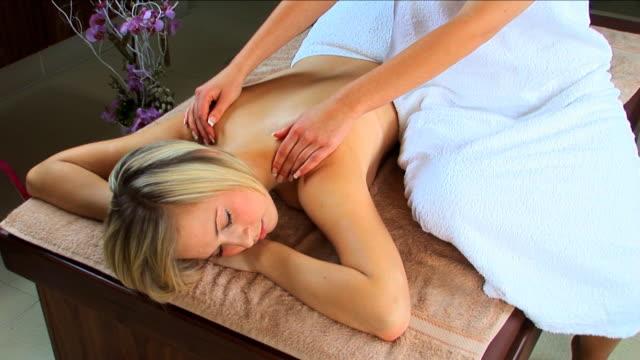 sexy ragazza bionda con massaggio alla spa - china drug video stock e b–roll