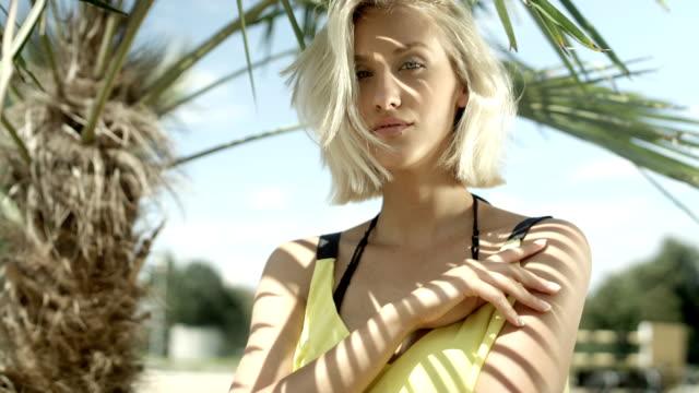 vídeos y material grabado en eventos de stock de sexy chica rubia posando en playa tropical. - cabello corto