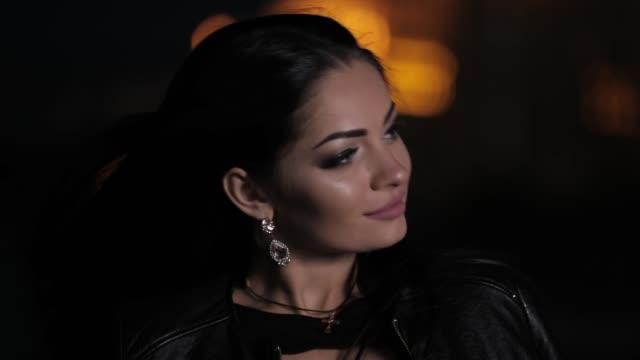 sexy brünette haare frau in einer nacht stadtstraße mit schöne ohrringe - ohrring stock-videos und b-roll-filmmaterial