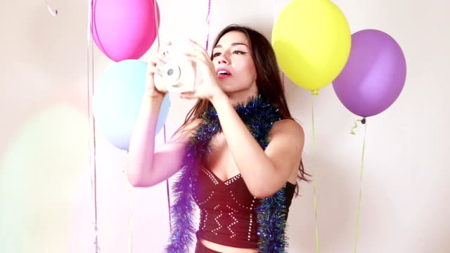 stockvideo's en b-roll-footage met sexy brunette vrouw nemen van polaroid foto 's - polaroid