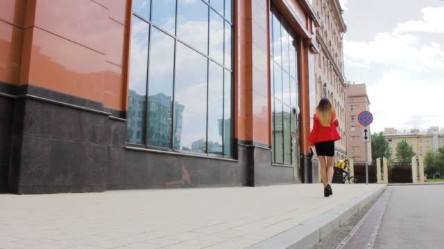 sexy geschäftsfrau geht in der nähe von bürogebäude job - formelle geschäftskleidung stock-videos und b-roll-filmmaterial