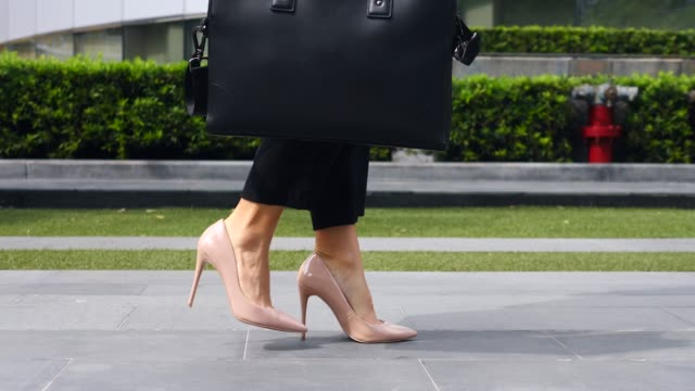 seksi i̇ş kadını ayakları yüksek topuk ayakkabı açık yürüyüş - uzun adımlarla yürümek stok videoları ve detay görüntü çekimi