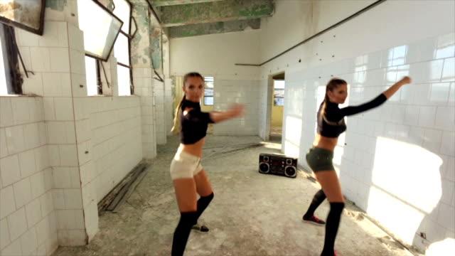 vídeos de stock e filmes b-roll de sexy dancers practicing - concrete wall interior