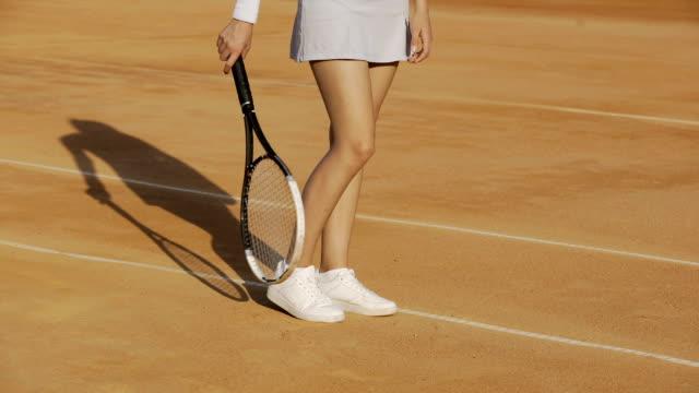裁判所でソファのセクシーな女性アスリートの足を待っているスポーツウェアを着ている女性 - 女性選手点の映像素材/bロール