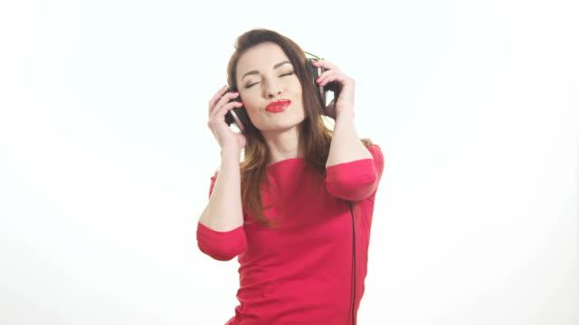 Sexy Mädchen im Kopfhörer die Musik schwingen und Küssen – Video