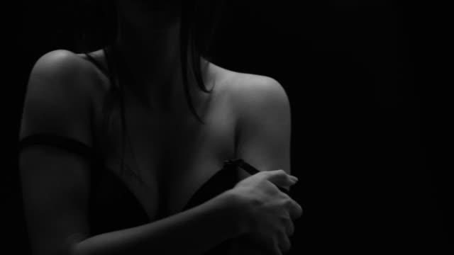 stockvideo's en b-roll-footage met sexy meisje bewegingen. perfect fashion modellen gezicht. zwartwit & mode video. - verleiding