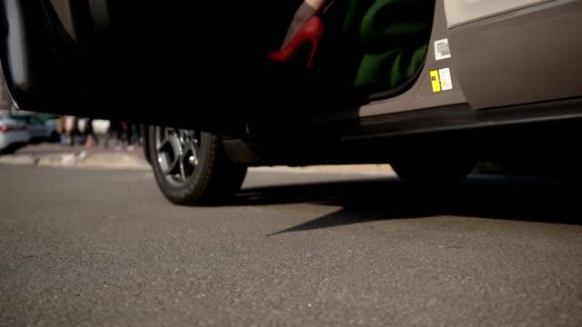 stockvideo's en b-roll-footage met sexy benen in hoge hak schoenen krijgen uit auto - slank