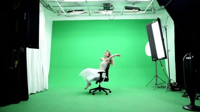 vídeos de stock e filmes b-roll de modelo sexy sobre fundo verde - chair