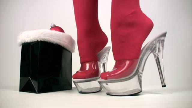 santa sexy in tacchi alti calze autoreggenti - santa claus tiptoeing video stock e b–roll