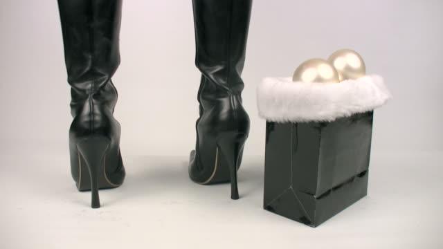sexy di santa con stivali in pelle - santa claus tiptoeing video stock e b–roll