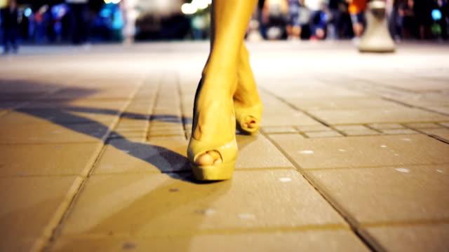 """vídeos de stock, filmes e b-roll de """"sexy"""" caminhada em saltos altos - salto alto"""