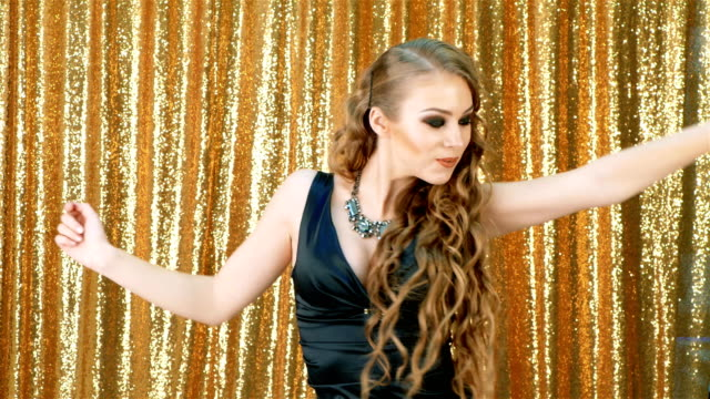 sexig kvinna dans parti guld glitter bakgrund - aftonklänning bildbanksvideor och videomaterial från bakom kulisserna