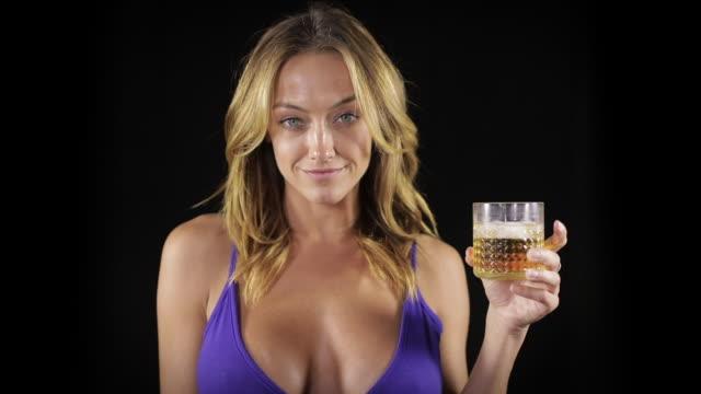 vidéos et rushes de femme sexy ayant une boisson - décolleté