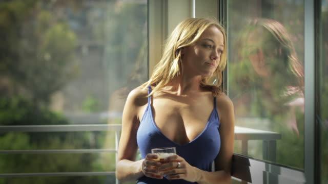 donna sexy che beve qualcosa - whisky video stock e b–roll