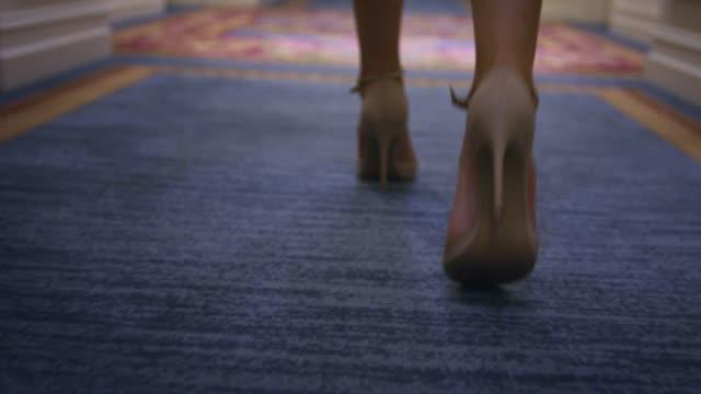 vídeos de stock, filmes e b-roll de mulher sexy sapatos bege andando no tapete andar vista traseira - salto alto