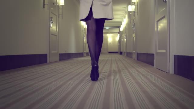 stockvideo's en b-roll-footage met sexy woman in hallway - verleiding