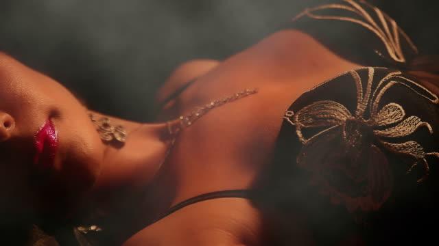 sexy donna in lingerie sdraiata sul letto - femminilità video stock e b–roll