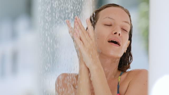 シャワーでセクシーな女性 - 体 洗う点の映像素材/bロール