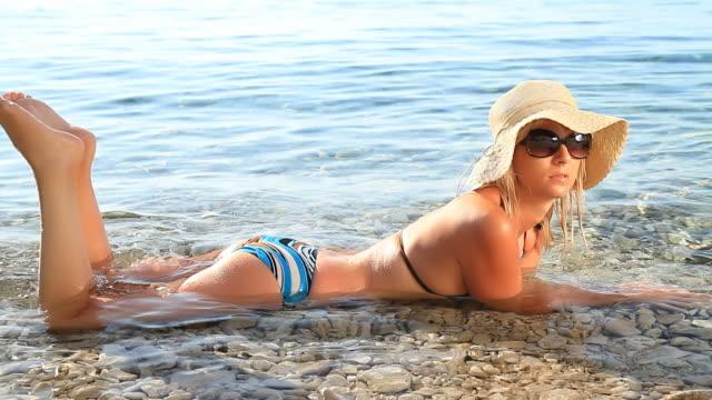 HD: Sexy mujer descansando en agua superficiales - vídeo