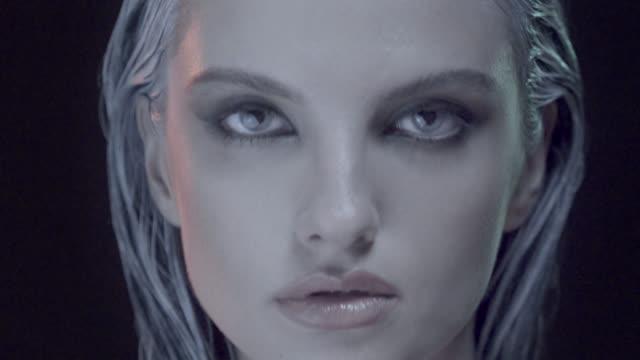 Sexy mujer elegante moda modelo para un acercamiento Retrato de belleza - vídeo