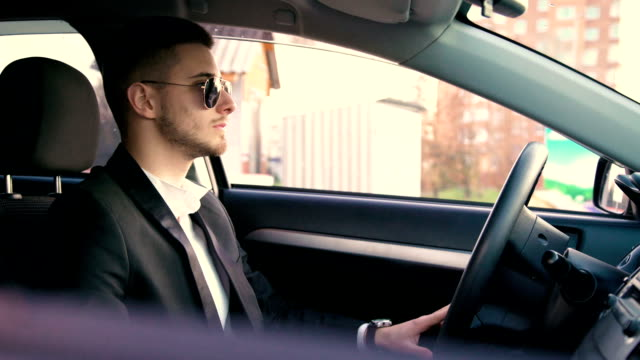 セクシーな若い男座って、FullHD の車を見て ビデオ