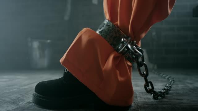 vídeos y material grabado en eventos de stock de grilletes en las piernas del recluso - amarrado