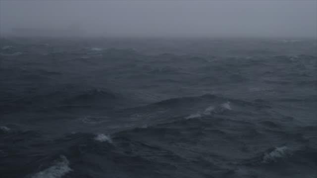schatten von einem frachtboot segeln in rauer see - rau stock-videos und b-roll-filmmaterial