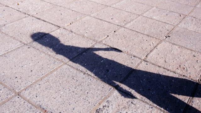 歩いている女性の影 - 影点の映像素材/bロール