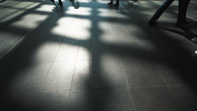 ・シャドーウォーカー、鉄道駅回廊の人々を歩く ビデオ