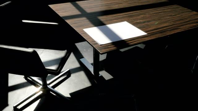 vídeos de stock e filmes b-roll de shadows drift over office furniture, time lapse - chair