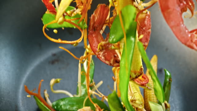 SLO, MO, einen pan mit Shrimps stir-fry – Video