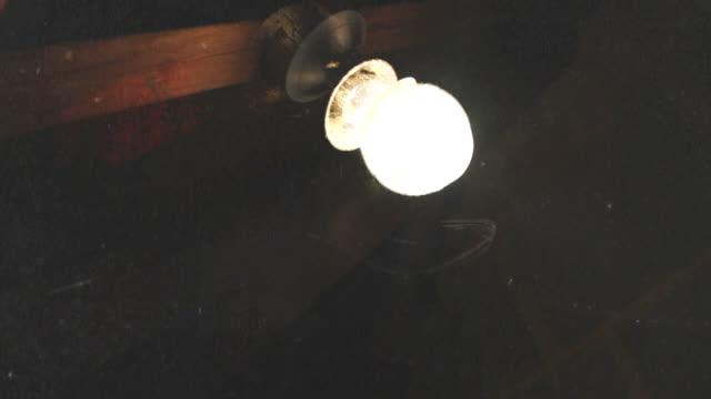 wackelaufnahme grunge-glühbirne flickering. hd - - dachboden stock-videos und b-roll-filmmaterial