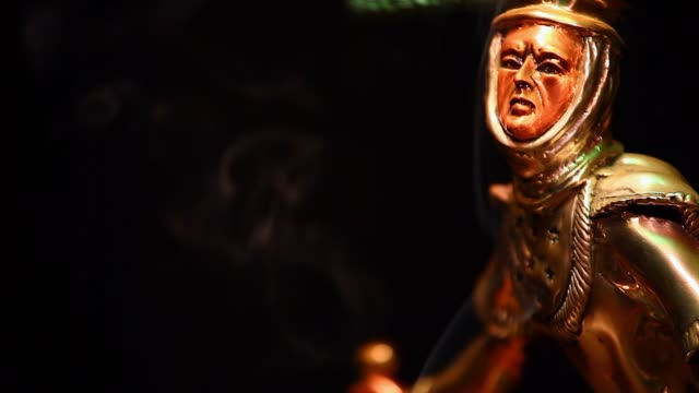 vidéos et rushes de images hd de chaman figure fond sombre fumée - charmeur