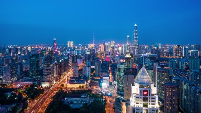 vidéos et rushes de t/l ws ha shanghai skyline at dusk / shanghai, chine - route surélevée