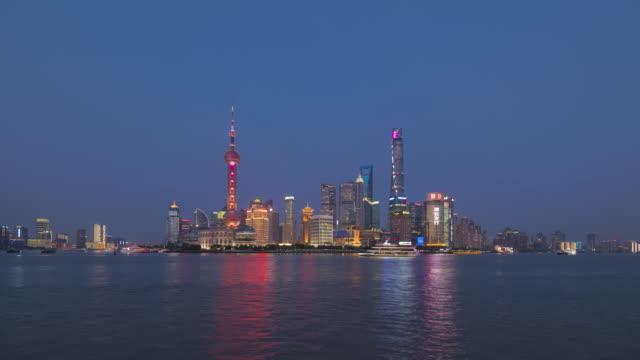 vídeos y material grabado en eventos de stock de día de skyline de shangai de noche - río yangtsé