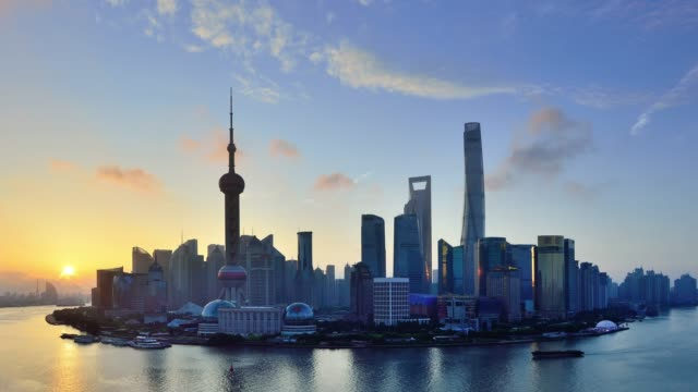 4k: shanghai skyline blick bei sonnenaufgang, tag time lapse, china - reiseziel stock-videos und b-roll-filmmaterial