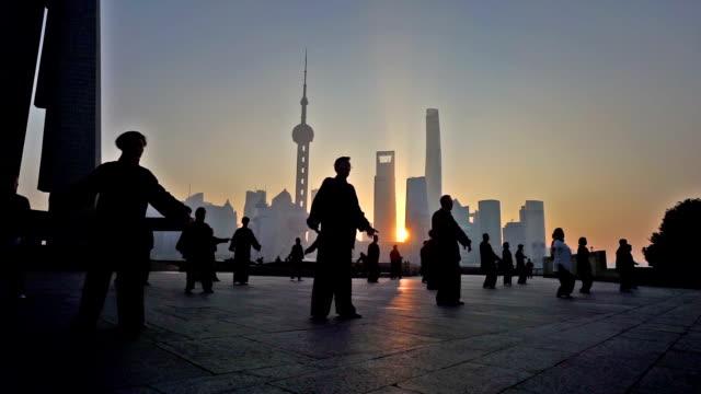 vídeos y material grabado en eventos de stock de shanghai, china-nov 28,2015 : temprano en la mañana, la gente taijiquan en el bund, shanghai, china - artes marciales