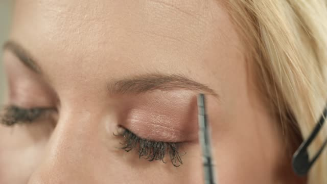 Shaping eyebrows with pencil