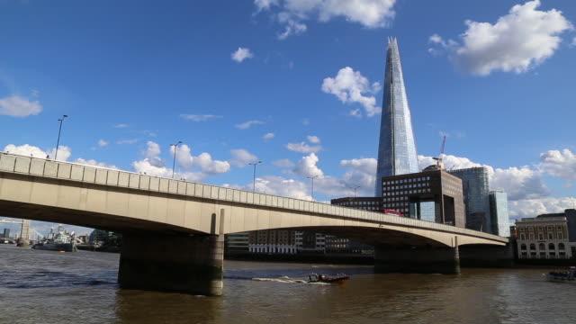 shard tower e london bridge in una giornata di sole - london bridge inghilterra video stock e b–roll