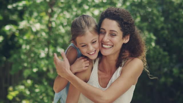 vidéos et rushes de partage un amour du plein air avec sa fille - maternelle