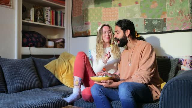 dzielenie się posiłkiem na kanapie - true love angielski zwrot filmów i materiałów b-roll