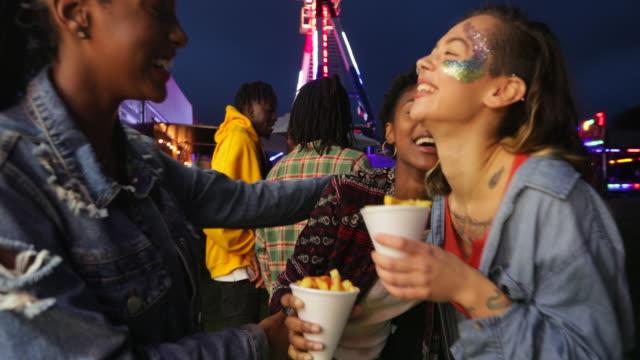 austausch von chips auf einem festival - musikfestival stock-videos und b-roll-filmmaterial