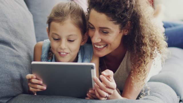 vídeos de stock, filmes e b-roll de partilha de interesses de internet da filha dela - mesa digital