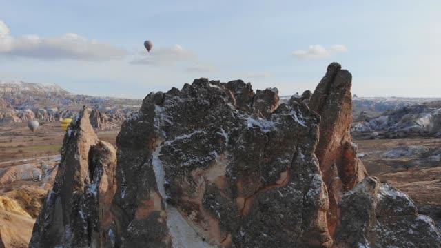 kapadokya'da keskin kayalar. türkiye - fallus şeklinde stok videoları ve detay görüntü çekimi